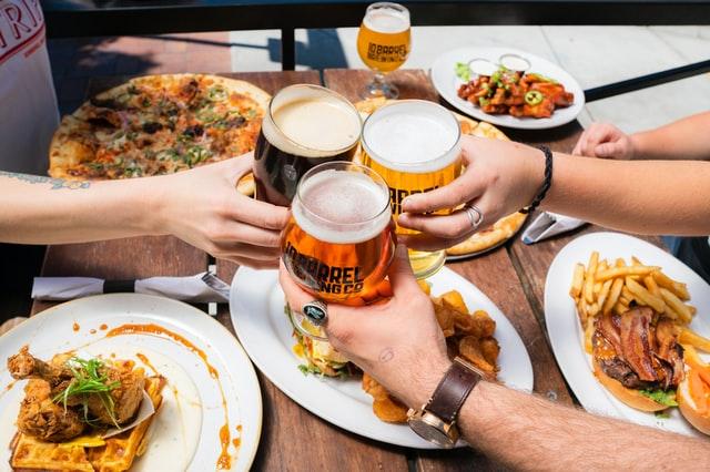 Fast-food et bière, le combo parfait, à consommer avec modération